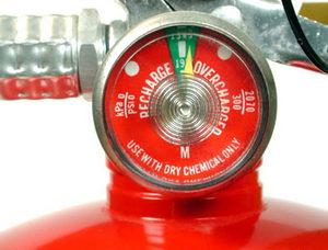 Проверка давления в порошковом огнетушителе